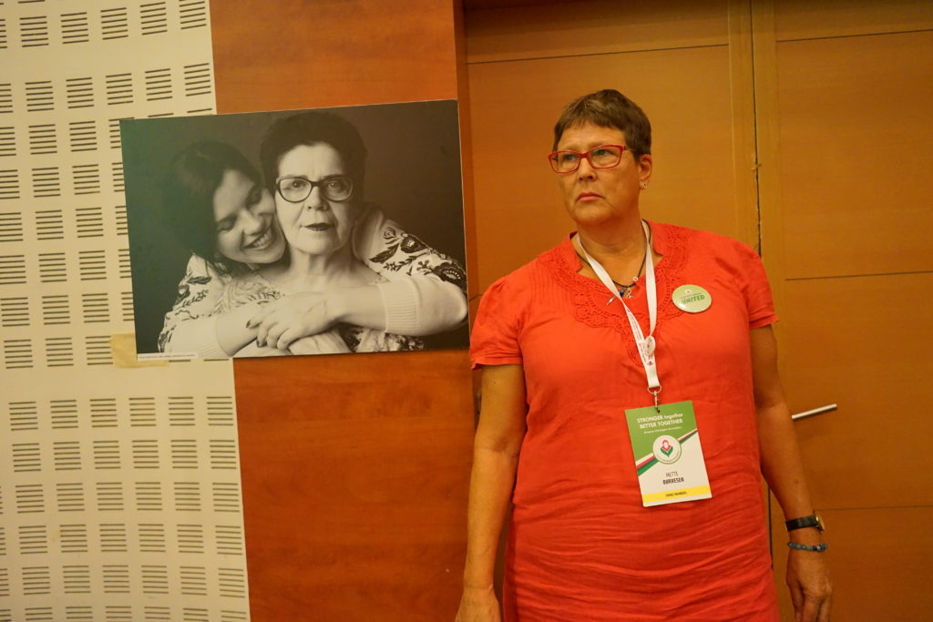 Mette Børresen photographed with a picture of Yulia Tscetkova and her mom.